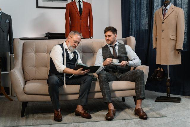Mężczyźni omawiający projekt ubrania.