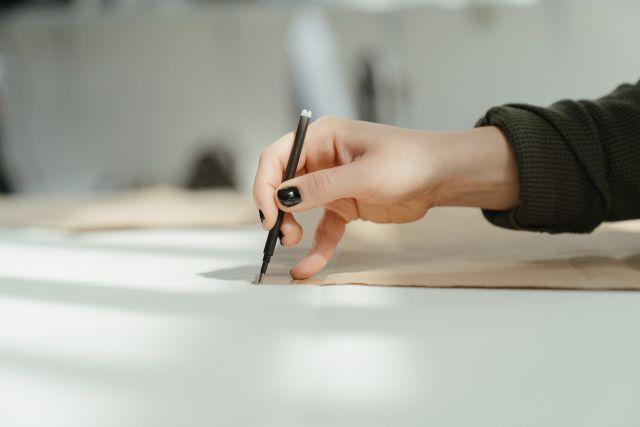 Kobieta rysująca szkice ubrań