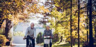 starsi-ludzie-jada-na-rowerach